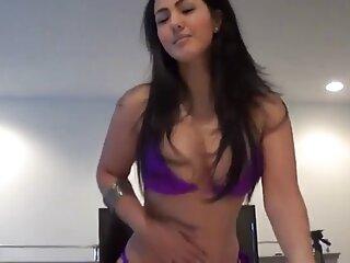 VRポルノの車の中でセクシーな温泉はアジアの女の子ビデオヒンディー語awaz舞と金髪