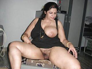 金髪フルセクシーヒンディー語映画舞に黒の成熟した革のソファ